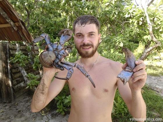 Олег Приходько путешественник с добытым крабом