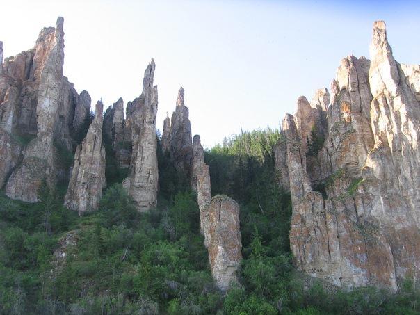скалы на реке Лена